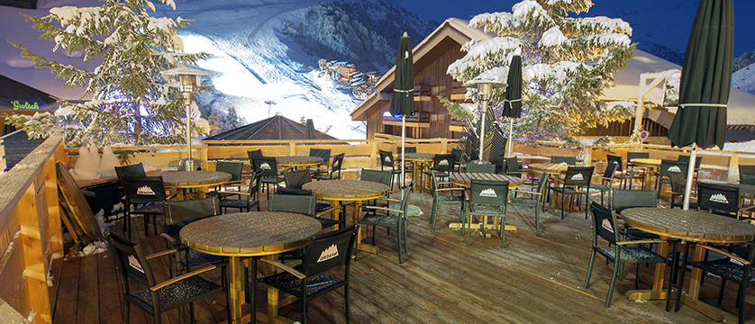 france_three-valleys-ski-area_meribel_hotel-le-mottaret_terrace-at-night.jpg